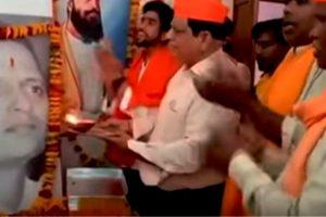 ग्वालियर में महात्मा गांधी के हत्यारे नाथूराम गोडसे का जन्मदिन मनाते हिंदू महासभा के लोग. (फोटो साभार: एमपीतक/यूट्यूब)