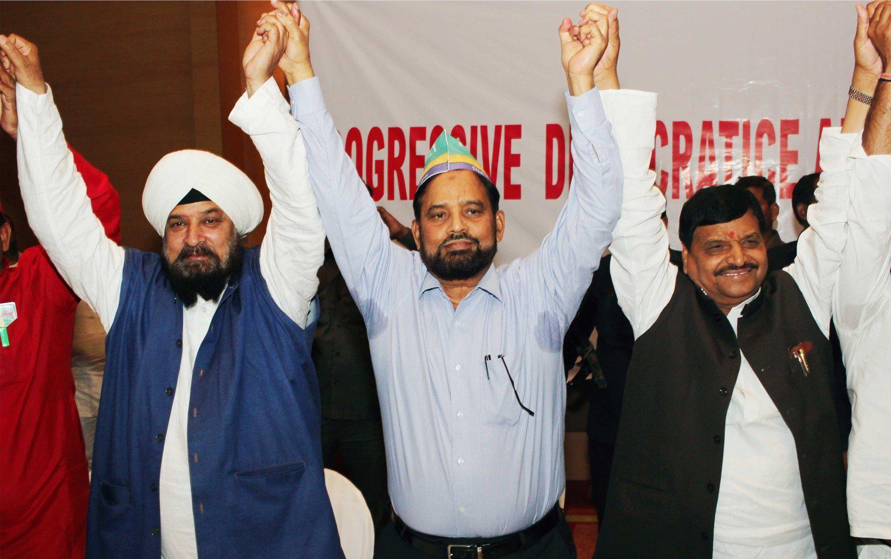 शिवपाल यादव (दाएं) के साथ पीस पार्टी के प्रमुख डॉ. अयूब (बीच में). (फोटो साभार: फेसबुक)