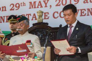 अरुणाचल प्रदेश की राजधानी ईटानगर में बुधवार को पेमा खांडू ने मुख्यमंत्री पद की शपथ ली. (फोटो साभार: ट्विटर)