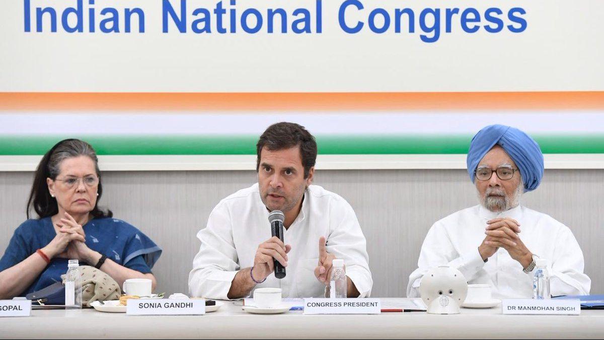 कांग्रेस कार्य समिति की बैठक में संप्रग अध्यक्ष सोनिया गांधी, कांग्रेस अध्यक्ष राहुल गांधी और पूर्व प्रधानमंत्री मनमोहन सिंह. (फोटो साभार: ट्विटर)