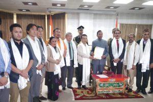 शनिवार को गंगटोक स्थित राजभवन में सिक्किम क्रांतिकारी मोर्चा (एसकेएम) के प्रतिनिधिमंडल ने अपने अध्यक्ष प्रेम सिंह तमांग के नेतृत्व में राज्यपाल गंगा प्रसाद से मुलाकात की. (फोटो साभार: ट्विटर/@SoumitMohan)