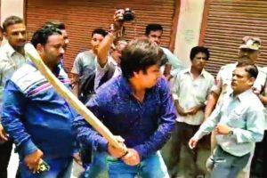 इंदौर में नगर निगम के अधिकारी को बल्ले से पीटते भाजपा विधायक आकाश विजयवर्गीय.
