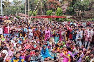 छत्तीसगढ़ के दंतेवाड़ा जिले के किरंदुल थाना क्षेत्र स्थित नेशनल मिनिरल डेवलपमेंट कॉरपोरेशन के सामने प्रदर्शन कर रहे आदिवासी. (सभी फोटो: तामेश्वर सिन्हा)