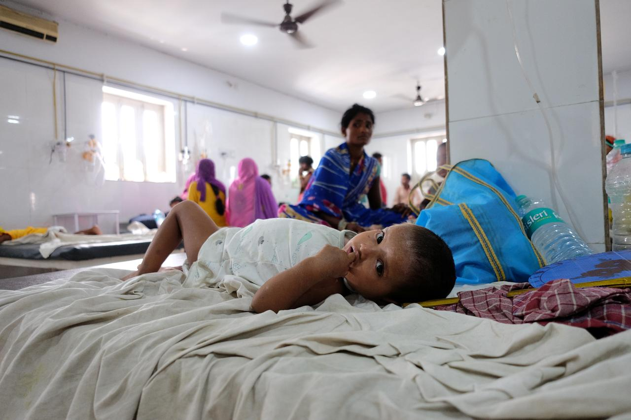 A child suffering from acute encephalitis syndrome lies on a bed at a hospital in Muzaffarpur, in the eastern state of Bihar, India, June 20, 2019. Reuters Photo