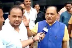 झारखंड में भाजपा सरकार के मंत्री सीपी जोशी (नीली जैकेट में) और कांग्रेस विधायक इरफ़ान अंसारी (बाएं).