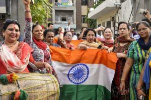 धारा 370 समाप्त होने के बाद अमृतसर में जश्न मनाते भाजपा कार्यकर्ता (फोटो: पीटीआई)