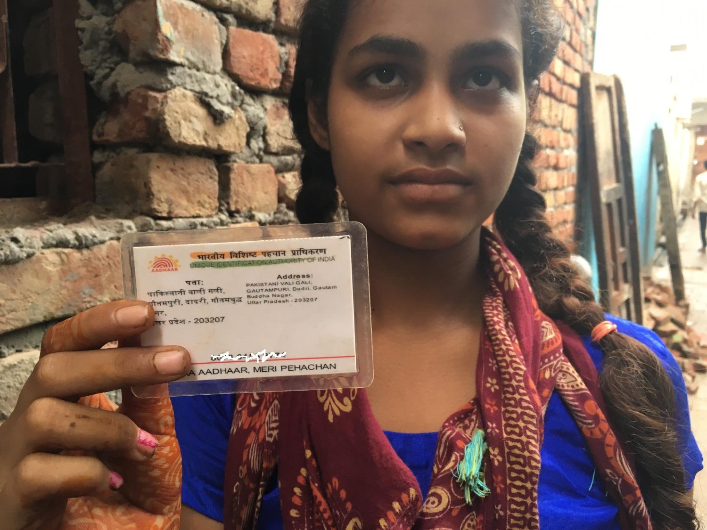 स्कूली छात्रा जिसके आधार में पाकिस्तान वाली गली दर्ज है. (फोटो: संतोषी मरकाम)