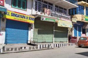 करगिल में मंगलवार को हड़ताल के दौरान लोगों ने अपनी दुकानें बंद रखीं. (फोटो साभार: ट्विटर/@asmitabee)