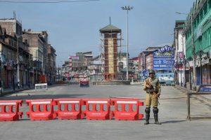 अगस्त 2019 में अनुच्छेद 370 के अधिकतर प्रावधान हटाए जाने के बाद श्रीनगर के लाल चौक पर तैनात सुरक्षाकर्मी. (फोटो: पीटीआई)
