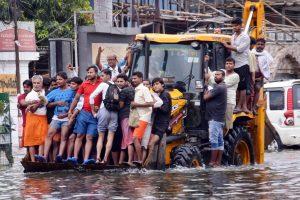 पटना में बाढ़ प्रभावित इलाकों से लोगों को निकालती नगर पालिका की टीम (फोटो: पीटीआई)