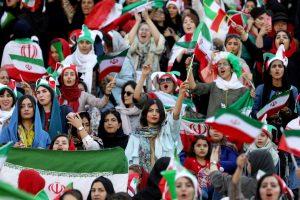 गुरुवार को ईरान की राजधानी तेहरान स्थित आज़ादी स्टेडियम में मैच देखने पहुंचीं महिलाएं. (फोटो: रॉयटर्स)
