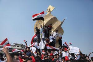 सोमवार को इराक के करबला में प्रदर्शन करते युवा. (फोटो: रॉयटर्स)