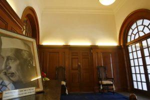 नेहरू मेमोरियल म्यूज़ियम में रखी पहले प्रधानमंत्री जवाहर लाल नेहरू की तस्वीर. (फोटो: रॉयटर्स)