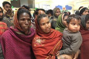 जम्मू कश्मीर के राजौरी ज़िले के एक ईंट-भट्ठा से मुक्त कराए गए मज़दूर. (सभी फोटो: संतोषी मरकाम)
