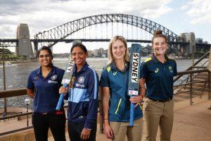 21 फरवरी  के पहले मैच से पहले भारत और ऑस्ट्रेलिया की कप्तान और कोच. (फोटो साभार: ट्विटर/@T20WorldCup)