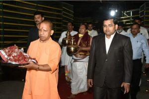 25 मार्च 2020 को एक धार्मिक आयोजन में अयोध्या के जिलाधिकारी (दाएं), पुजारियों और अन्य लोगों के साथ राम मंदिर प्रांगण में मुख्यमंत्री आदित्यनाथ. (फोटो: पीटीआई)