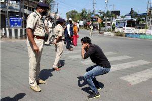 लॉकडाउन दौरान के बिहार के रांची में पुलिस एक व्यक्ति सजा देते हुए. (फोटो: पीटीआई)