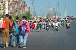 लॉकडाउन के दौरान दिल्ली से पलायन करते प्रवासी मजदूर (फोटो: पीटीआई)