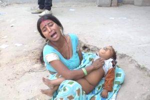 मृत बच्चे के शव के साथ मां. (फोटो साभार: ट्विटर)