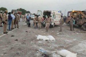 दुर्घटना के बाद घटनास्थल पर पुलिस. (फोटो: पीटीआई)