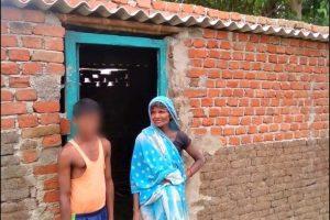 पक्के बने घर के सामने मुकेश और मां. (सभी फोटो: Special Arrangement)