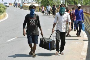 पैदल अपने घरों को लौट रहे प्रवासी मजदूर (फोटो: पीटीआई)