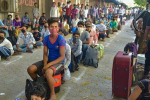 ट्रेन के लिए राह देख रहे प्रवासी मजदूर (फोटो: पीटीआई)
