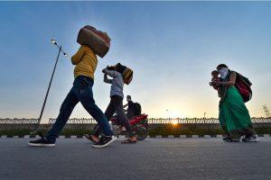 लॉकडाउन के दौरान पैदल जाते मजदूर. (फोटो: पीटीआई)