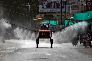 कोरोना वायरस का प्रसार रोकने के लिए गुजरात के अहमदाबाद शहर में छिड़काव करते कर्मचारी. (फोटो: रॉयटर्स)