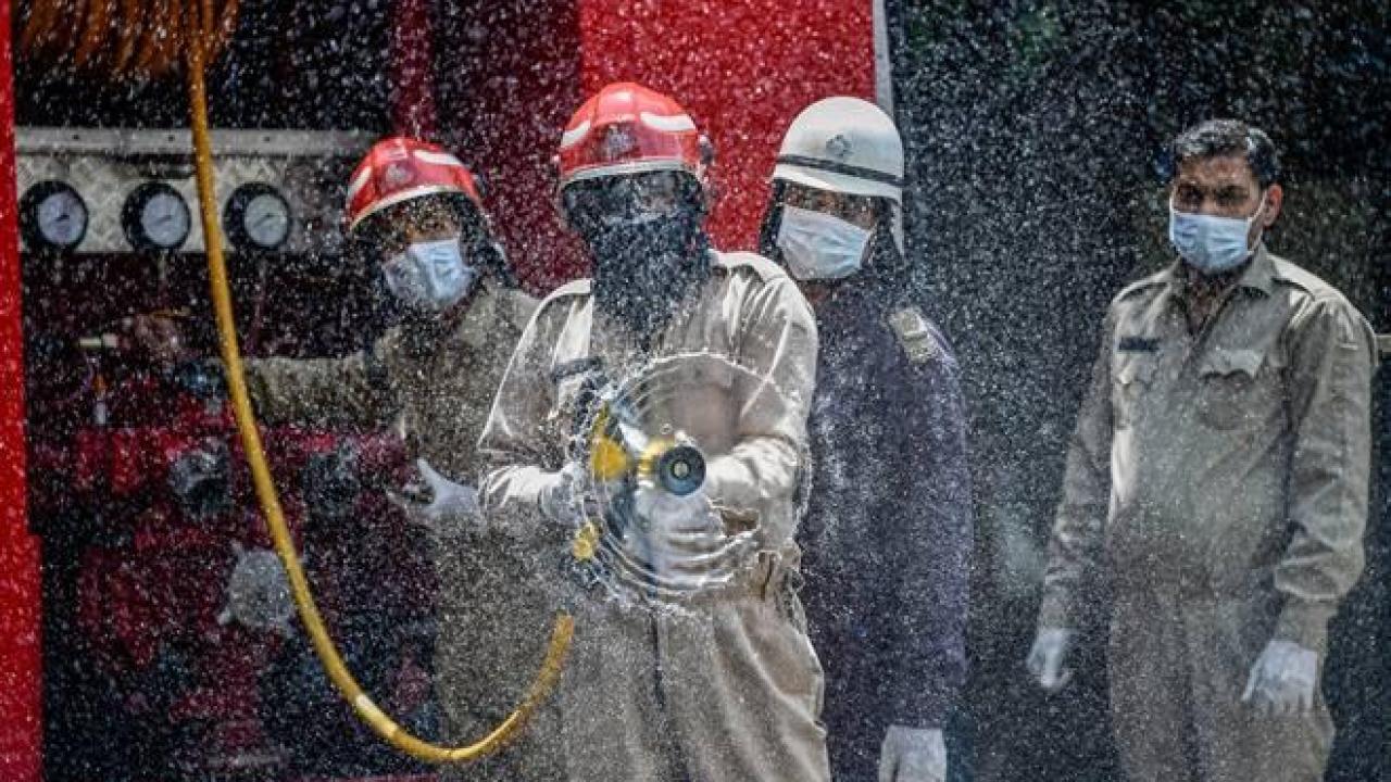 कोरोना वायरस के मद्देनजर दिल्ली में कीटनाशक का छिड़काव करते दलकल विभाग के कर्मचारी. (फोटो: पीटीआई)