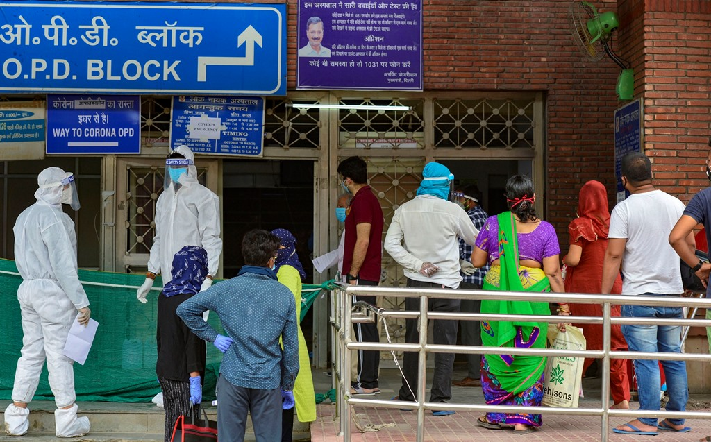 New Delhi: Suspected COVID-19 patients wait to be examined by medics at a government hospital, during the ongoing nationwide lockdown to curb spread of coronavirus, in New Delhi, Sunday, June 7, 2020. (PTI Photo/Kamal Kishore)(PTI07-06-2020_000076B)