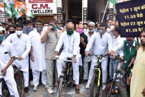 पेट्रोल-डीजल के लगातार बढ़ते दामों के विरोध में कांग्रेस नेता मुख्यमंत्री दिग्विजय सिंह ने पार्टी कार्यकर्ताओं के साथ रैली निकाली. (फोटो साभार: ट्विटर)