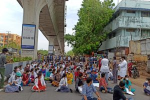 हैदराबाद के गांधी अस्पताल के डॉक्टर प्रदर्शन करते हुए. (फोटो साभार: ट्विटर/@544yash)