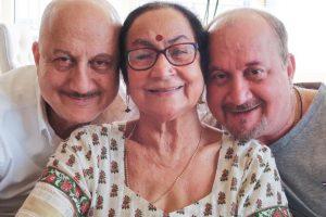 अनुपम खेर, उनकी मां और भाई राजू खेर. (फोटो साभार: इंस्टाग्राम)