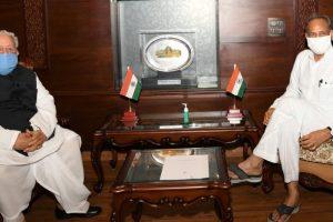 राज्यपाल कलराज मिश्र के साथ राजस्थान के मुख्यमंत्री अशोक गहलोत. (फोटो साभार: ट्विटर/@KalrajMishra)