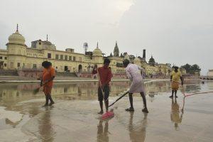 अयोध्या में राम की पौड़ी पर आगामी भूमि पूजन कार्यक्रम से पहले सफाई करते कर्मचारी. (फोटो: पीटीआई)
