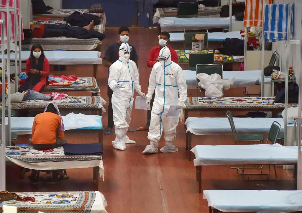 New Delhi: Medics and patients at CWG Village COVID-19 Care Centre near Akshardham in New Delhi, Sunday July 12, 2020. (PTI Photo/Manvender Vashist) (PTI12-07-2020 000171B)