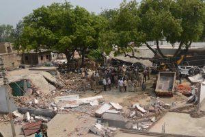 शनिवार को कानपुर पुलिस द्वारा ध्वस्त किया गया विकास दुबे का घर. (फोटो: पीटीआई)