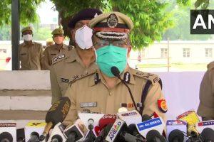 घटना की जानकारी देते लखनऊ पुलिस कमिश्नर सुजीत पांडेय. (फोटो साभार: एएनआई)