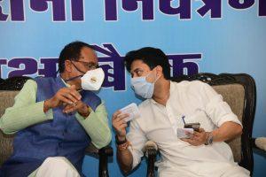मुख्यमंत्री शिवराज सिंह चौहान के साथ ज्योतिरादित्य सिंधिया (फोटो साभार: फेसबुक/@JMScindia)
