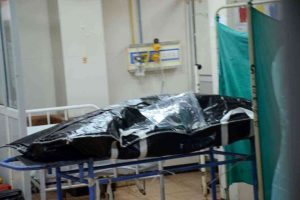 कानपुर के हैलेट अस्पताल में विकास दुबे का शव. (फोटो: पीटीआई)