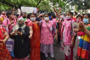 राजधानी दिल्ली के जंतर मंतर पर बीते नौ अगस्त को आशा कार्यकर्ताओं ने प्रदर्शन किया था. (फोटो: पीटीआई)