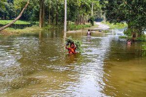 सहरसा में बाढ़ में फंसे ग्रामीण. (फोटो: पीटीआई)