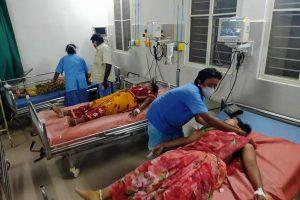 गैस रिसाव से प्रभावित महिलाएं. (फोटो: एएनआई)