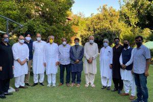 नेशनल कॉन्फ्रेंस, पीडीपी, कांग्रेस और पीपुल्स कॉन्फ्रेंस सहित जम्मू कश्मीर की मुख्यधारा के राजनीतिक दलों की बैठक में शामिल नेता. (फोटो साभार: ट्विटर/@JKNC_)