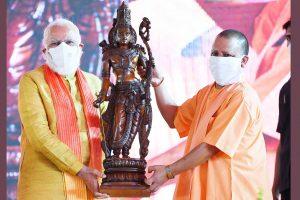 राम मंदिर भूमि पूजन समारोह में योगी आदित्यनाथ के साथ प्रधानमंत्री नरेंद्र मोदी. (फोटो साभार: पीआईबी)