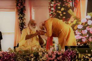 राम जन्मभूमि ट्रस्ट के प्रमुख महंत नृत्य गोपाल दास के साथ प्रधानमंत्री नरेंद्र मोदी. (फोटो साभार: यूट्यूब/दूरदर्शन/वीडियोग्रैब)