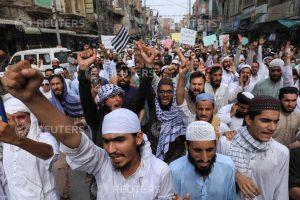 पेशावर में नसीम की हत्या के आरोपी के समर्थन में निकली रैली. (फोटो: रॉयटर्स)