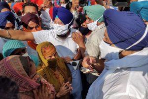 अमृतसर में पीड़ित परिवारों के साथ शिरोमणि अकाली दल के सुखबीर सिंह बादल. (फोटो: पीटीआई)