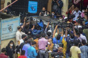 28 अगस्त को डीआरडीओ गेस्ट हाउस के बाहर रिया चक्रवर्ती की गाड़ी को घेरे मीडियाकर्मी. (फोटो: पीटीआई)